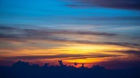 Esponga al sole la regolazione sopra le viste delle nuvole dall'aeroplano fotografia stock libera da diritti