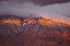 Esponga al sole la regolazione sulle scogliere delle montagne di Sandia Fotografie Stock Libere da Diritti