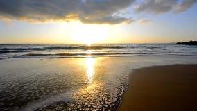 Esponga al sole la riflessione fuori dal mare su una spiaggia archivi video