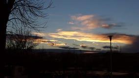 Esponga al sole la riflessione sulle nuvole durante il tramonto in Thermopolis, Wyoming Fotografia Stock
