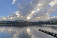 Esponga al sole la rottura attraverso le nuvole prima del tramonto immagini stock