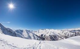 Esponga al sole la stella che emette luce sopra la catena montuosa snowcapped, alpi italiane Fotografia Stock Libera da Diritti