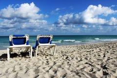 Esponga al sole le chaise-lounge sulla spiaggia caraibica, Cuba Immagine Stock Libera da Diritti