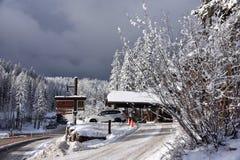 Esponga al sole le rotture un giorno dello sci della località di soggiorno di montagna del coregone di Snowy, K fotografia stock