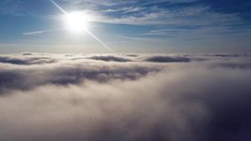 Esponga al sole sopra le nuvole con un cielo blu Paesaggio fantastico stock footage