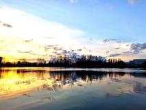 Esponga al sole stasera la notte della SK del fiume fotografia stock