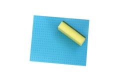Esponja amarilla y paño azul para limpiar. Imagen de archivo libre de regalías