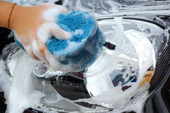 Esponja azul el coche para lavarse Imagen de archivo libre de regalías