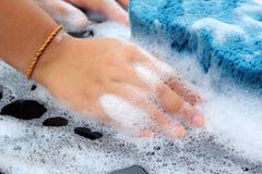 Esponja azul o carro para lavar Fotos de Stock