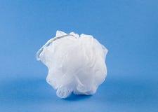 Esponja blanca en fondo azul Imagenes de archivo