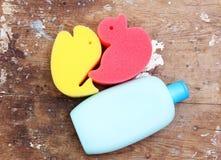 Esponja de la fiesta de bienvenida al bebé con la botella del champú foto de archivo