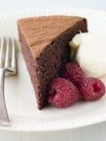 Esponja del chocolate con crema y frambuesas azotadas Imágenes de archivo libres de regalías