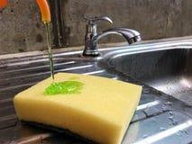 Esponja e líquido da lavagem da louça foto de stock royalty free