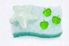Esponja, espuma del baño y sal. Imagen de archivo libre de regalías