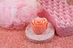 Esponja rosada, estopa y jabón color de rosa. Fotos de archivo
