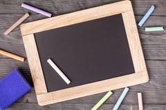 Esponja roxa do quadro-negro e giz branco Fotografia de Stock Royalty Free