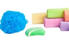 Esponja, sabão e toalhas em um fundo branco. Imagens de Stock