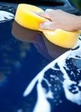 Esponja sobre el coche para lavarse Fotos de archivo libres de regalías