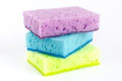 Esponjas coloreadas para los platos que se lavan y otras necesidades nacionales fotos de archivo