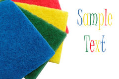 Esponjas coloridas da limpeza, isoladas em um branco. Fotografia de Stock Royalty Free