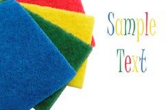 Esponjas coloridas de la limpieza, aisladas en un blanco. Fotografía de archivo libre de regalías
