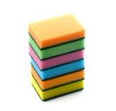 Esponjas coloridas do agregado familiar para pratos de lavagem em um fundo branco Imagem de Stock Royalty Free