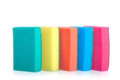 Esponjas coloridas para o suporte de lavagem dos pratos Foto de Stock