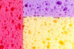 Esponjas coloridas para pratos de lavagem e outras necessidades dom?sticas Vista de acima A textura de esponjas vermelhas, roxas  fotos de stock royalty free