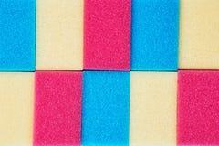 Esponjas da cozinha arranjadas em seguido Fotos de Stock