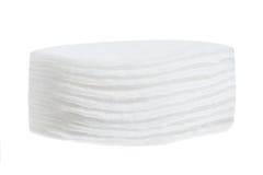 Esponjas del algodón de la pila aisladas en el fondo blanco Fotografía de archivo