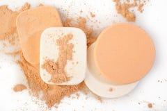 Esponjas do pó e do cosmético no branco Imagem de Stock Royalty Free