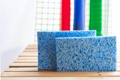 Esponjas inofensivas azuis da celulose com detergentes Pratos de lavagem saudáveis fotos de stock royalty free