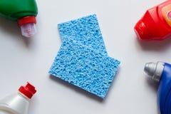 Esponjas inofensivas azuis da celulose com detergentes Pratos de lavagem saud?veis foto de stock