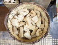 Esponjas naturais em uma cesta Foto de Stock