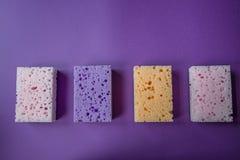 Esponjas para los platos que se lavan Fondo violeta fotos de archivo
