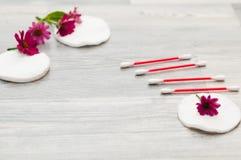 Esponjas para quitar maquillaje con las flores en el fondo fotos de archivo libres de regalías