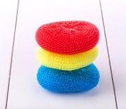 Esponjas redondas para los platos que se lavan en diversos colores fotos de archivo libres de regalías
