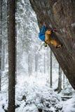 Esporte ao ar livre Montanhista de rocha que ascensão um penhasco desafiante Escalada extrema do esporte Foto de Stock