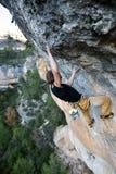 Esporte ao ar livre Montanhista de rocha que ascensão um penhasco desafiante Escalada extrema do esporte Foto de Stock Royalty Free