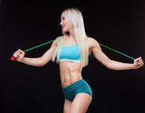 Esporte, atividade Mulher bonito com corda de salto Fundo muscular do preto da mulher Fotos de Stock