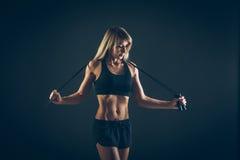Esporte, atividade Mulher bonito com corda de salto Menina muscular bl Imagem de Stock