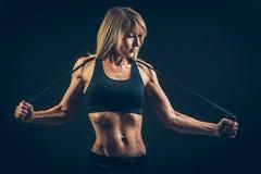 Esporte, atividade Mulher bonito com corda de salto Menina muscular bl Imagem de Stock Royalty Free