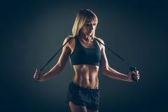Esporte, atividade Mulher bonito com corda de salto Menina muscular bl imagens de stock