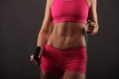 Esporte, atividade Mulher bonito com corda de salto muscular Foto de Stock Royalty Free