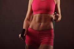 Esporte, atividade Mulher bonito com corda de salto muscular Fotos de Stock Royalty Free