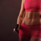 Esporte, atividade Mulher bonito com corda de salto muscular Imagens de Stock