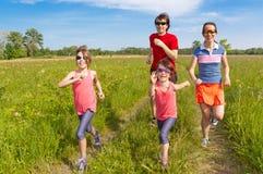 Esporte da família, movimentando-se ao ar livre Fotografia de Stock