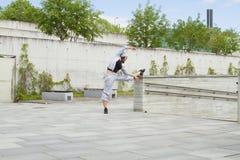 Esporte, dança e conceito urbano da cultura - dançarino bonito da rua Fotografia de Stock Royalty Free
