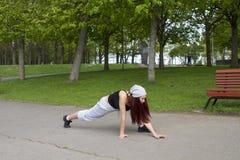 Esporte, dança e conceito urbano da cultura - dançarino bonito da rua Fotos de Stock Royalty Free