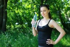 Esporte de água da bebida da mulher fotografia de stock
